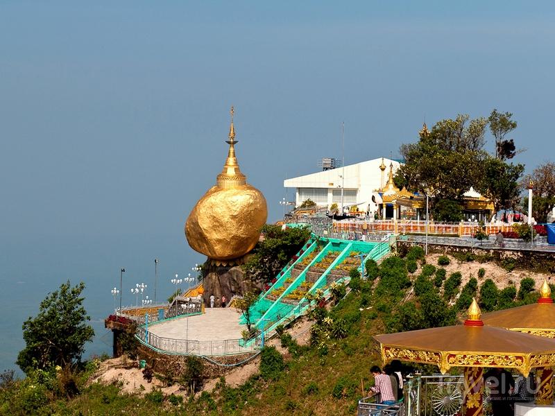 Женщинам приближаться к Золотому камню ближе чем на 10 метров запрещено, Мьянма / Мьянма