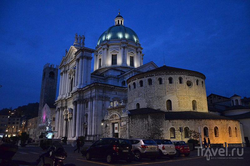 Площадь Павла VI с двумя Домскими соборами, Брешиа / Фото из Италии