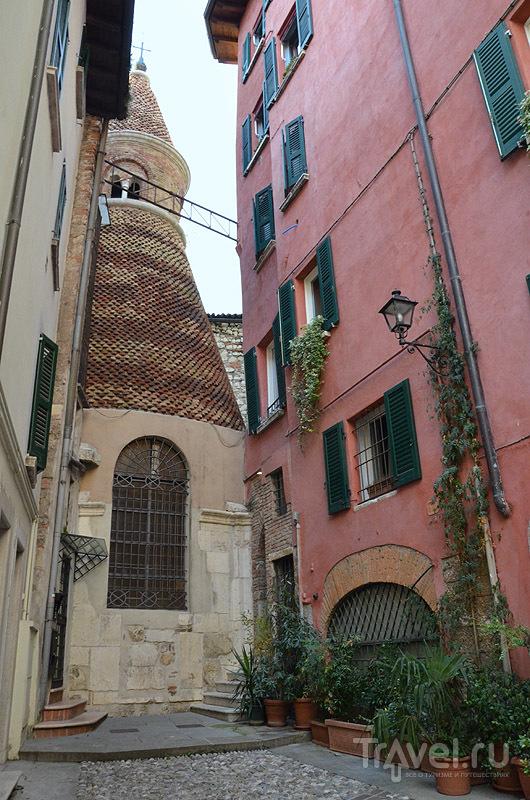 Церковь, зажатая между домами / Фото из Италии