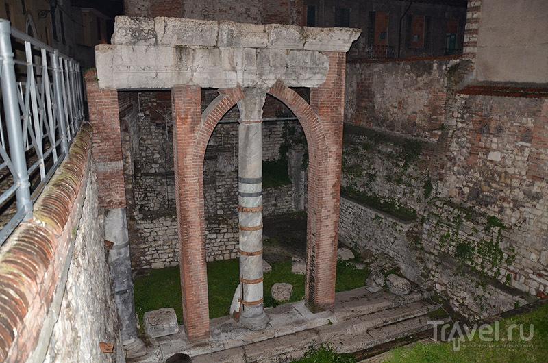 Древние колонны - были скрыты под землей / Фото из Италии