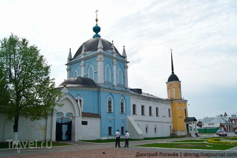 Колокольня и церковь Свято-Троицкого Новоголутвина монастыря в Коломне / Фото из России
