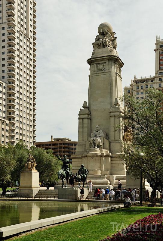 Памятник Сервантесу на площади Испании в Мадриде / Фото из Испании
