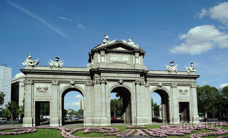 Ворота Алькала на площади Независимости в Мадриде / Фото из Испании