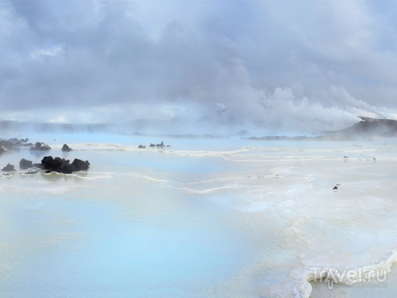 Молочные и нежно-голубые оттенки воды, омывающей лавовые нагромождения, Исландия / Исландия