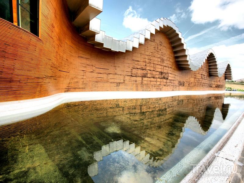 Плавные линии здания Bodegas Ysios создают волнообразные переходы, Испания / Испания