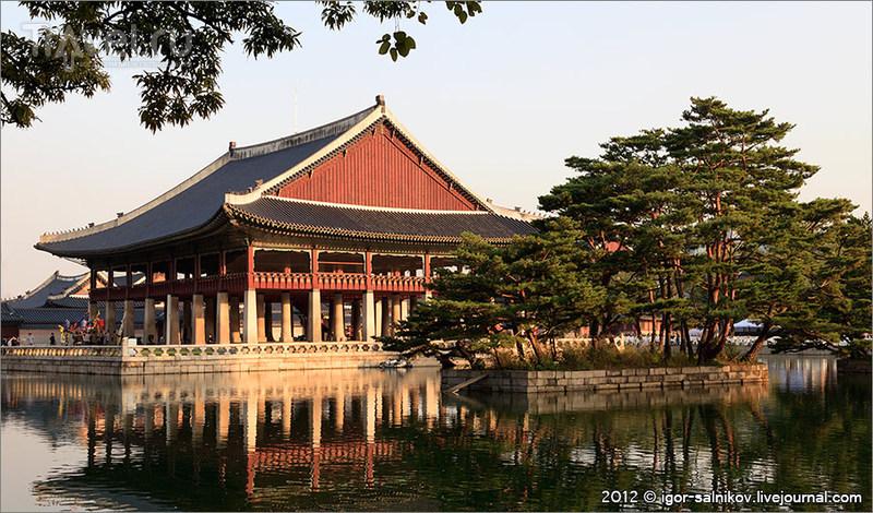Павильон Gyeonghoeru в Императорском дворце Кёнбоккун в Сеуле, Южная Корея / Фото из Южной Кореи