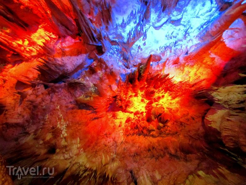 Световые и звуковые эффекты в пещере Прометея в Грузии / Грузия