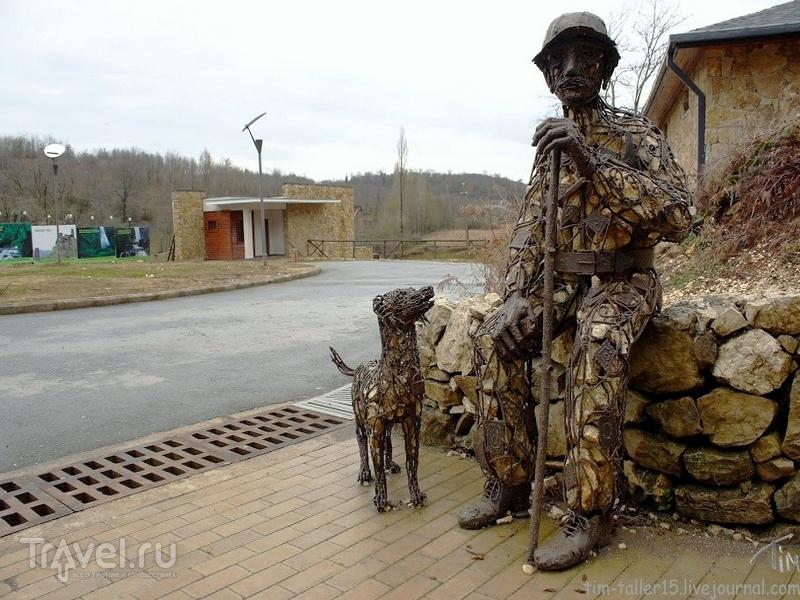 Памятник местному жителю, в течение десятков лет охранявшему пещеру Прометея от вандалов, Грузия / Грузия