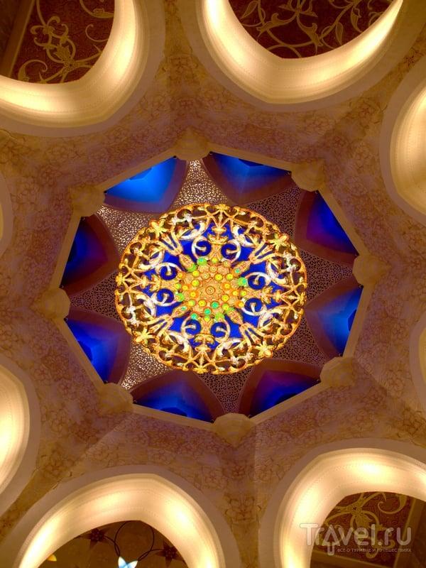 На территории мечети Шейха Заеда могут одновременно находиться 40 тысяч человек, Абу-Даби / ОАЭ