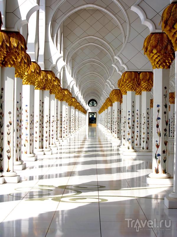 Бесплатные экскурсии по мечети Шейха Заеда проводятся ежедневно, Абу-Даби / ОАЭ
