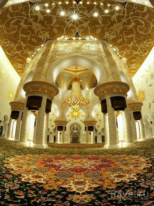 Главный молитвенный зал мечети Шейха Заеда может вместить девять тысяч верующих,  Абу-Даби / ОАЭ
