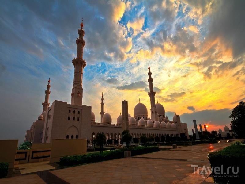 Острые шпили минаретов, возвышающихся по периметру мечети, достигают высоты 115 метров, Абу-Даби / ОАЭ