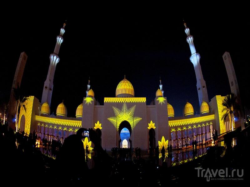 Световые представления на территории религиозного комплекса в Абу-Даби / ОАЭ