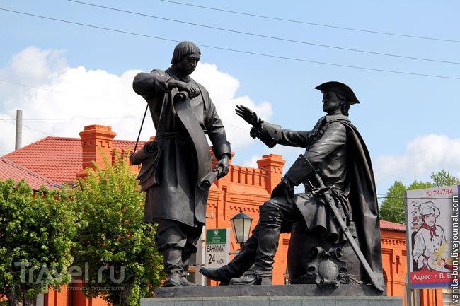 Памятник присвоению Вышнему Волочку статуса города Петром Первым / Фото из России
