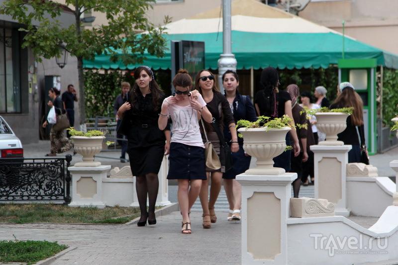 Особой строгостью нравов наряды чеченских женщин не отличаются / Фото из России
