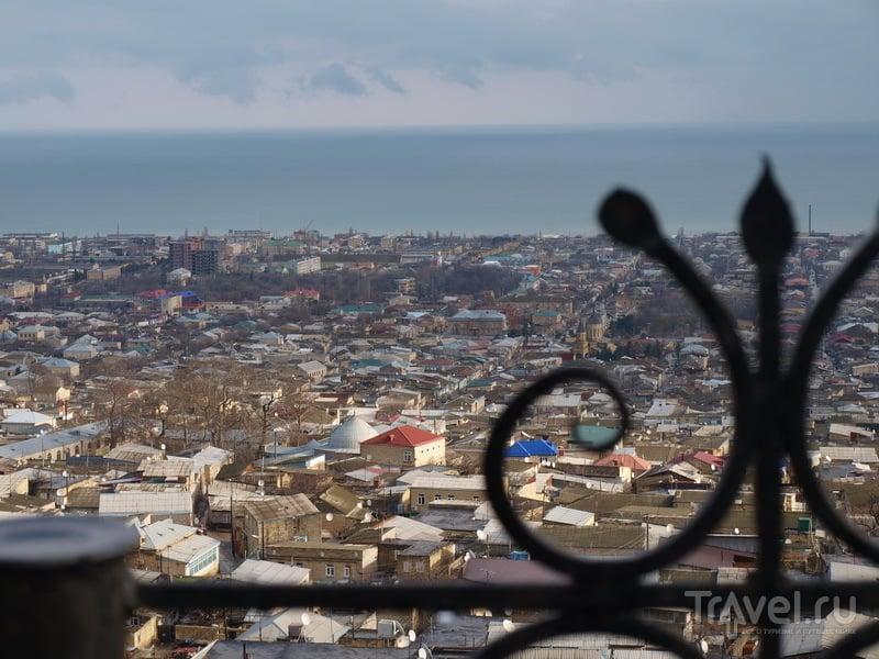 Вид на Дербент и Каспийское море с крепости Нарын-Кала / Фото из России