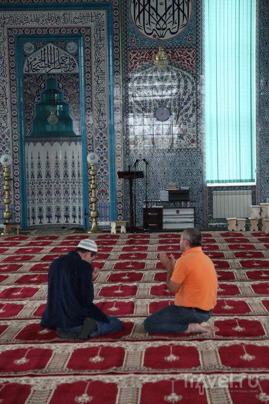 Белую женщину без головного убора и с фотоаппаратом из мечети никто не выгнал / Фото из России