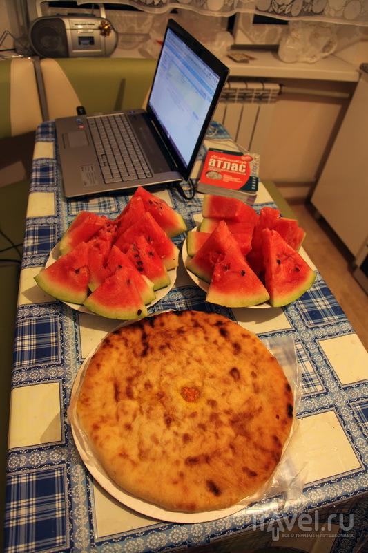 Атлас, ноутбук, арбуз и насджын - что еще надо для счастья / Фото из России