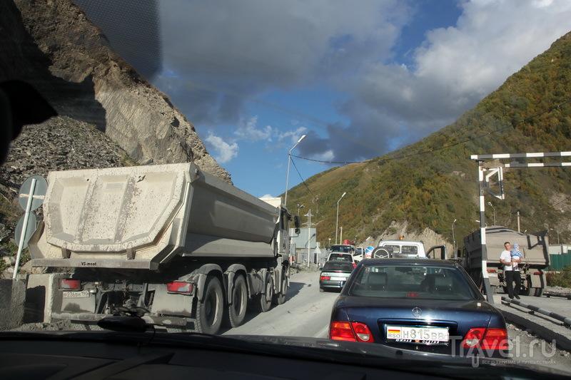 Пробка на подъезде к Рокскому тоннелю по причине реверсивного движения / Фото из России