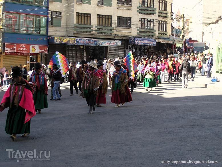 Среди демонстрантов много женщин / Боливия