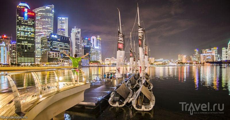 Ночной Сингапур - набережная отеля Marina Bay Sands с бассейном на крыше / Сингапур