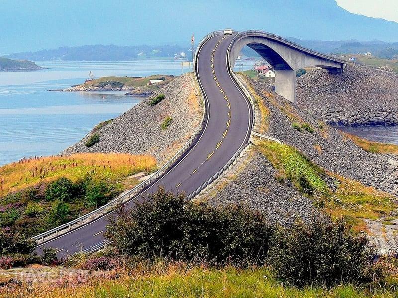 С моста Storseisundet открываются потрясающие виды на фьорды и горные вершины, Норвегия / Норвегия