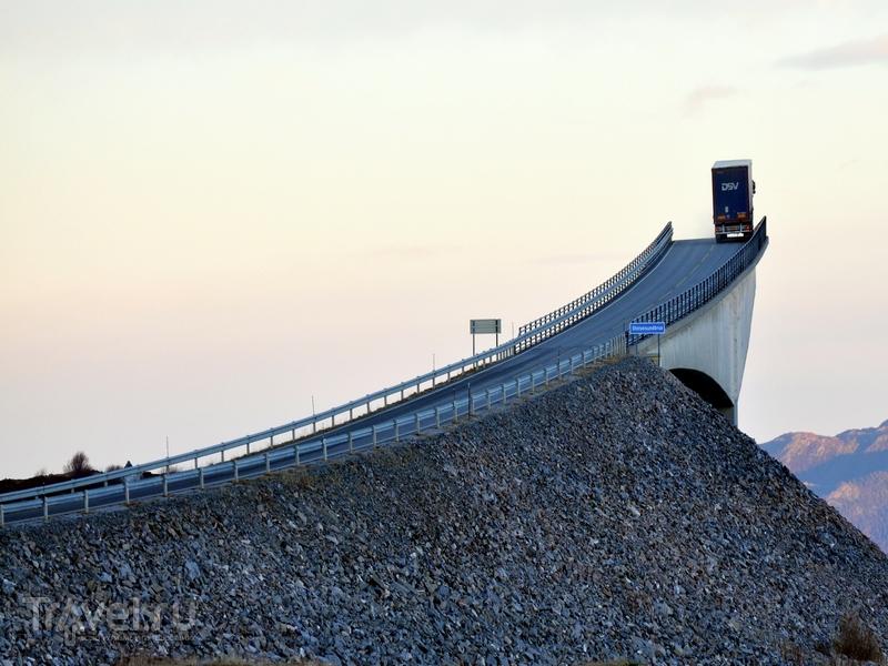 Издалека мост Storseisundet кажется дорогой, уходящей в никуда, Норвегия / Норвегия