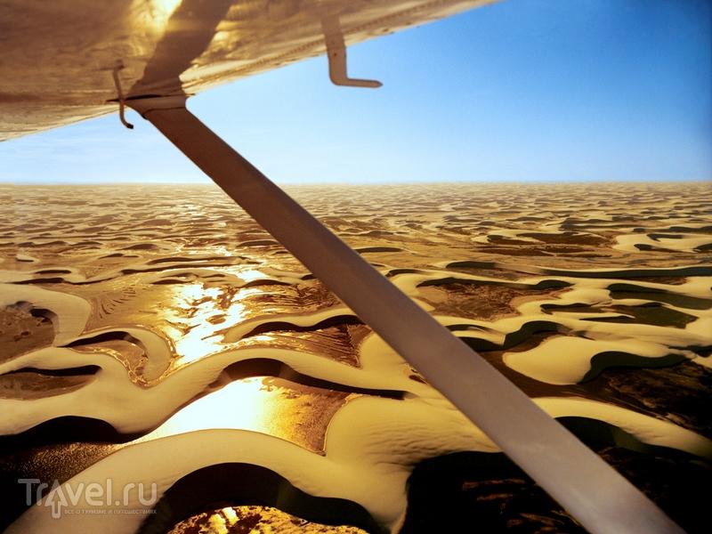Из кабины одномоторного самолета открываются живописные пейзажи песчаных дюн, Бразилия / Бразилия