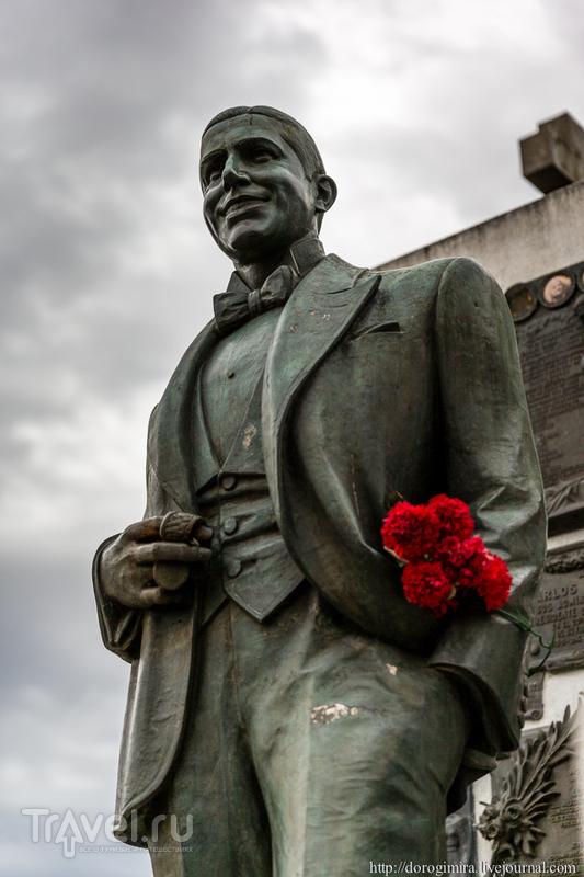 Памятник Карлосу Гарделю в Буэнос-Айресе, Аргентина / Фото из Аргентины