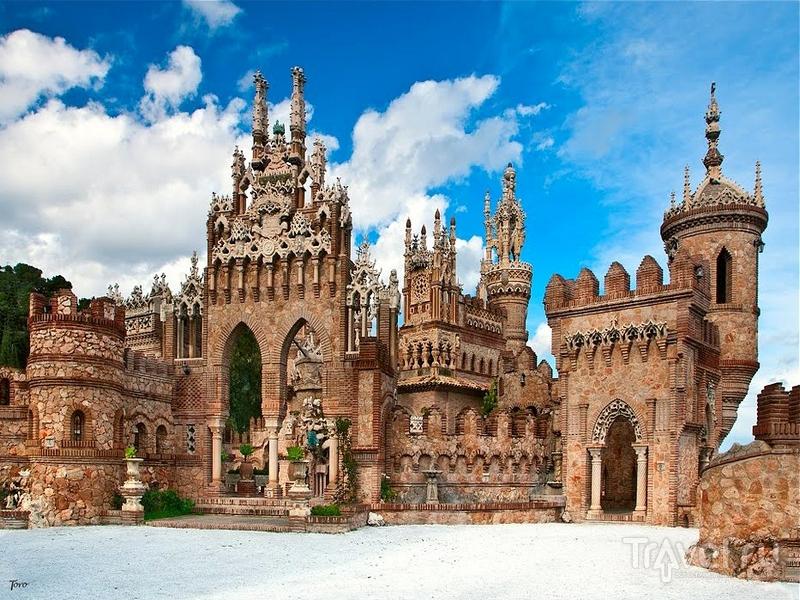 Расположенный в Андалусии замок Colomares построен из кирпича, бетона и камня, Испания / Испания