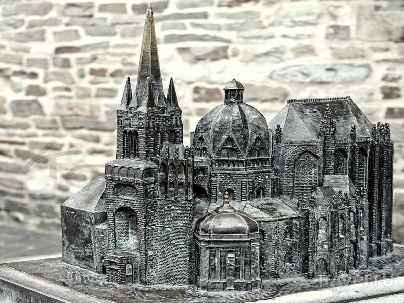 Бронзовая копия величественного Ахенского собора / Германия
