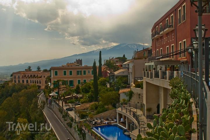 Вид из города Таормина на вулкан Этна, Италия / Фото из Италии