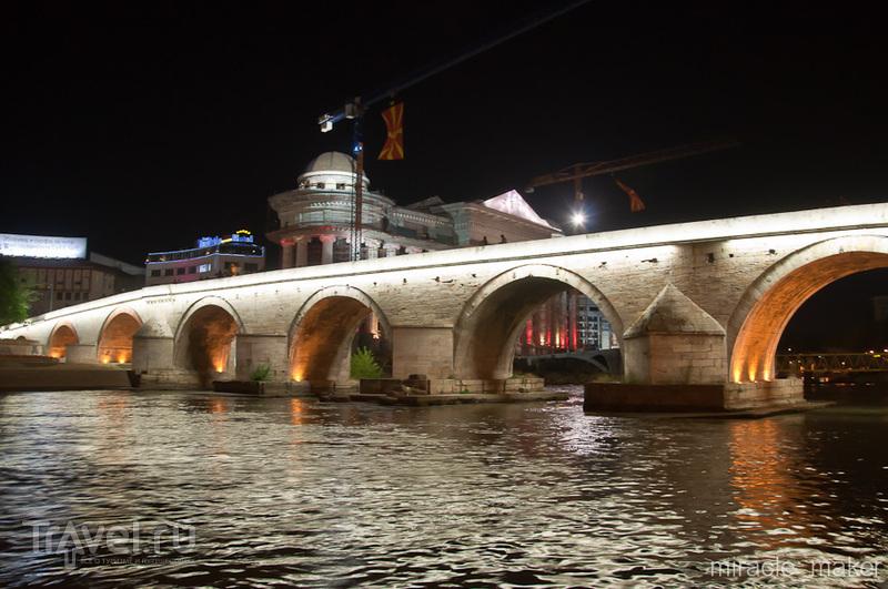 Пешеходный мост через реку Вардар в Скопье, Македония / Фото из Македонии
