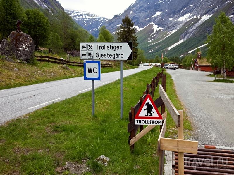 Дорожный знак «Осторожно, тролли!» перед серпантином на дороге Trollstigen, Норвегия / Норвегия