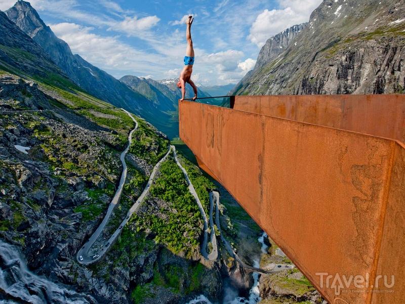 """Перформанс Эскила Роннингсбаккена - норвержского художника-гимнаста на смотровой площадке """"Лестницы троллей"""" / Норвегия"""