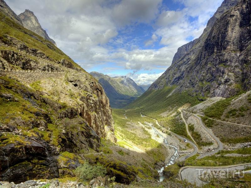 Со смотровой площадки, расположенной на высоте 200 метров, открываются пейзажи горных хребтов Норвегии / Норвегия