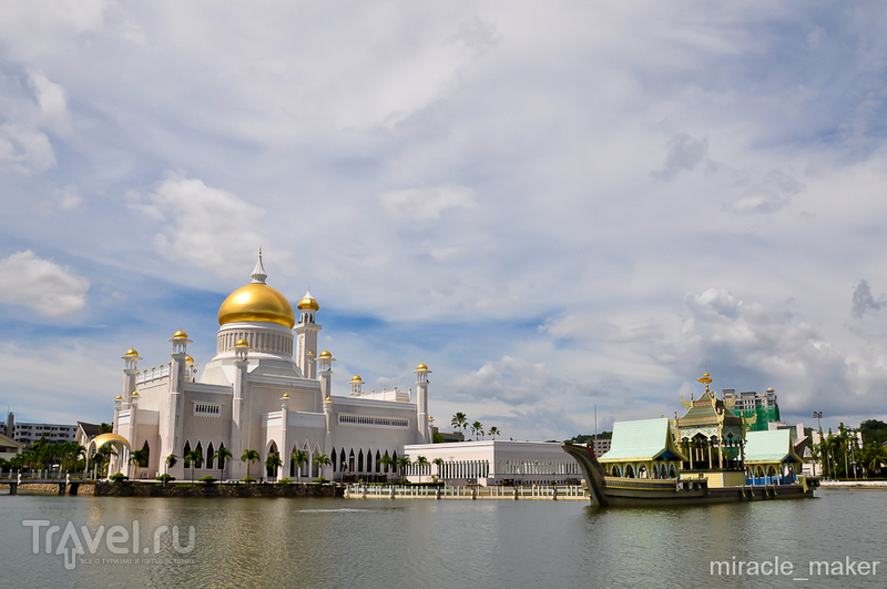 Мечеть Омара Али Саифуддина в Бандар-Сери-Бегаване, Бруней / Фото из Брунея