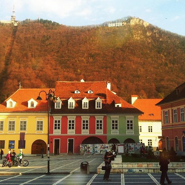 Площадь Пьяцца-Сфатулуй и гора Тымпа в Брашове, Румыния / Фото из Румынии