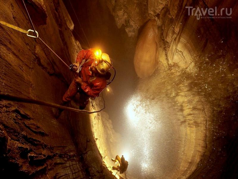 Спуститься на дно пещеры Крубера-Воронья можно только в составе спелеологической экспедиции, Абхазия  / Абхазия