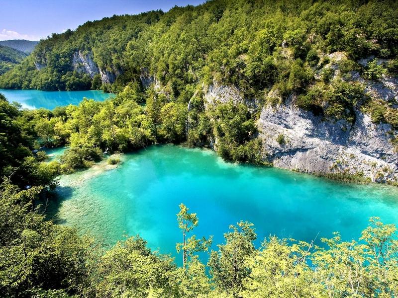 Водные потоки образуют 16 крупных карстовых озер с водой насыщенного бирюзового цвета, Хорватия / Хорватия