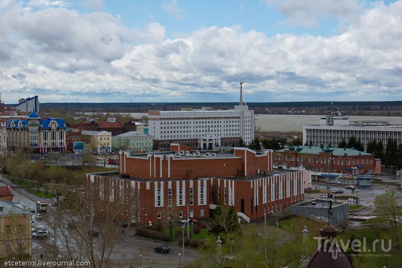 Большой концертный зал и дом нефти в Томске, Россия / Фото из России