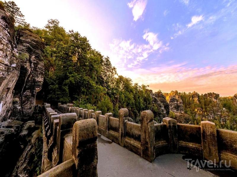 На мосту расположена смотровая площадка, откуда открываются живописные виды на пасторальные пейзажи Саксонии, Германия / Германия