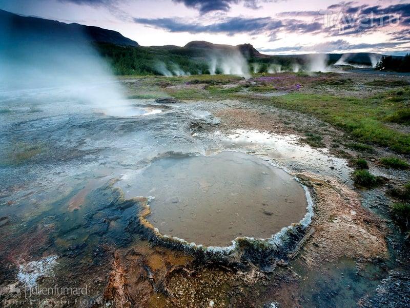 Подходить близко даже к небольшим бурлящим гейзерам не стоит из-за опасности извержения, Исландия / Исландия
