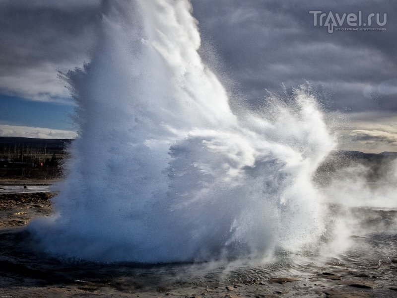 Гейзер Строккур извергает струи горячей воды каждые 2-6 минут, Исландия / Исландия