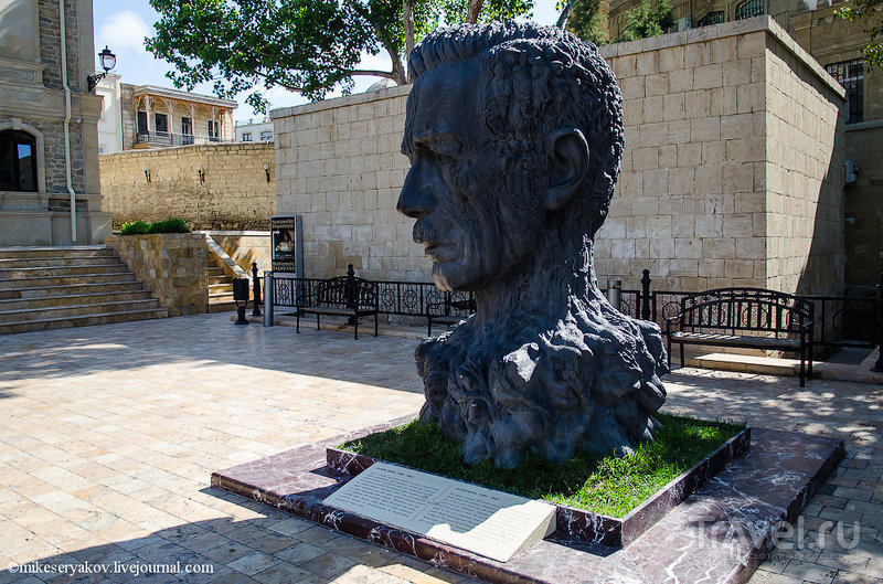 Памятник поэту Алиаге Вахиду в Баку, Азербайджан / Фото из Азербайджана