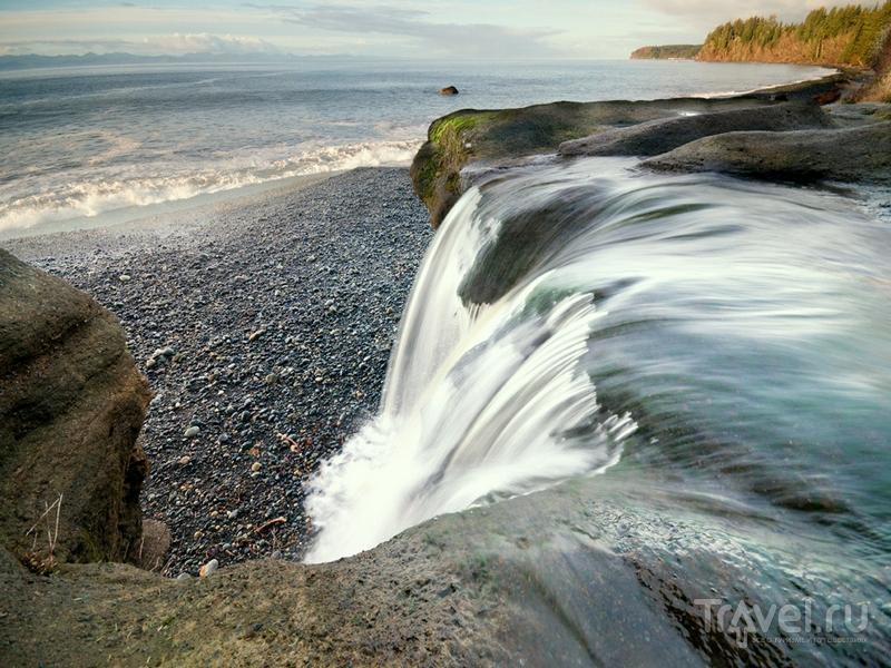 Галечный пляж Sandcut расположен на берегу пролива Хуан-де-Фука, Канада / Канада