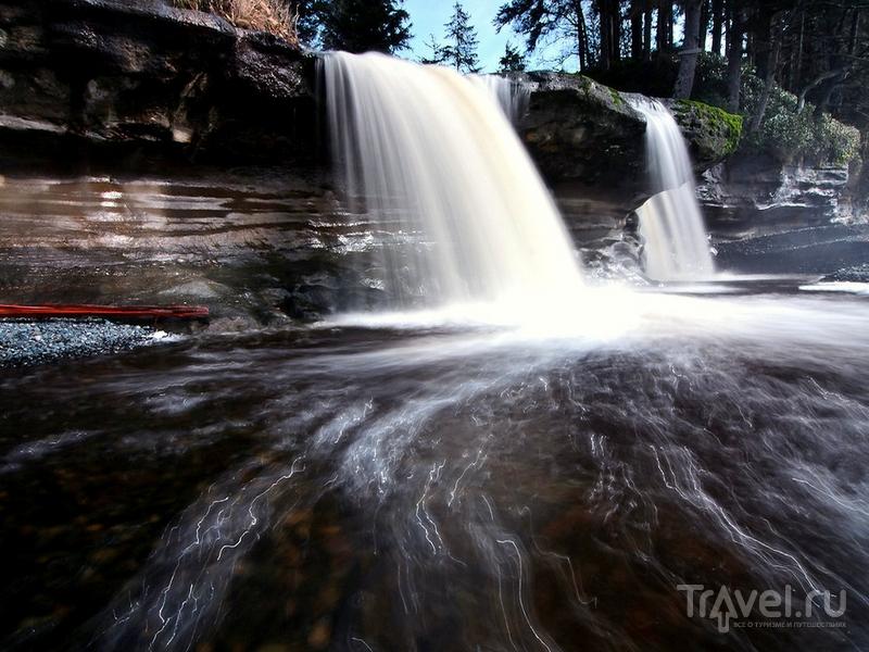 Мощные водопады на пляже Sandcut, Канада / Канада