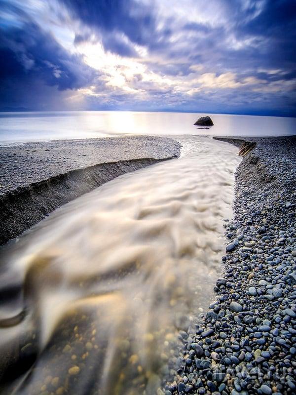 Узкая прибрежная полоса пляжа Sandcut на юго-западе Канады / Канада