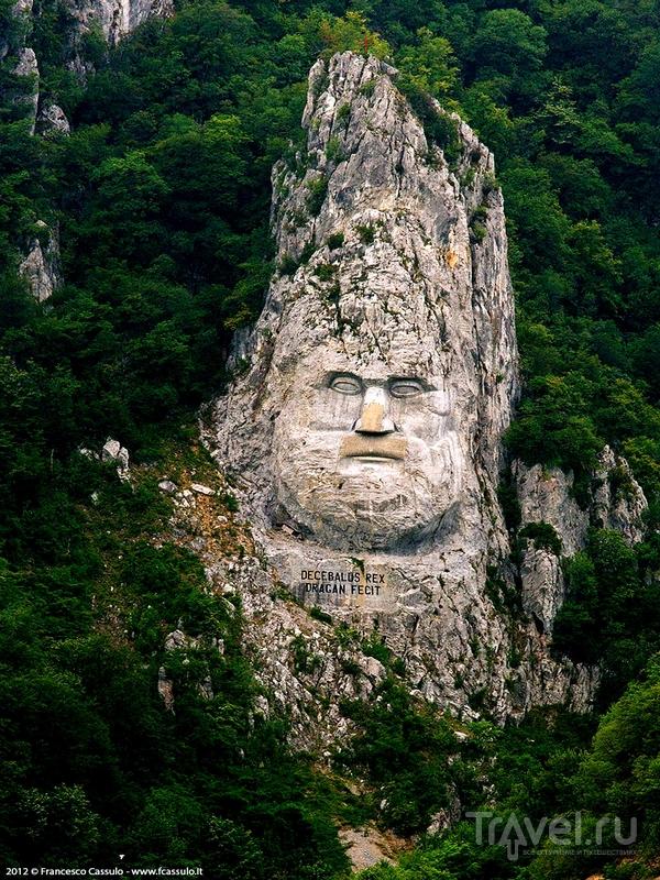 Скульптура царя дакийцев Децебала на границе Сербии и Румынии / Румыния