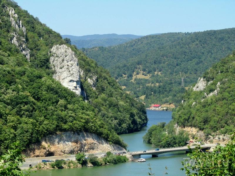 Скала, послужившая основой монументальной композиции, возвышается над каньоном Джердап / Румыния